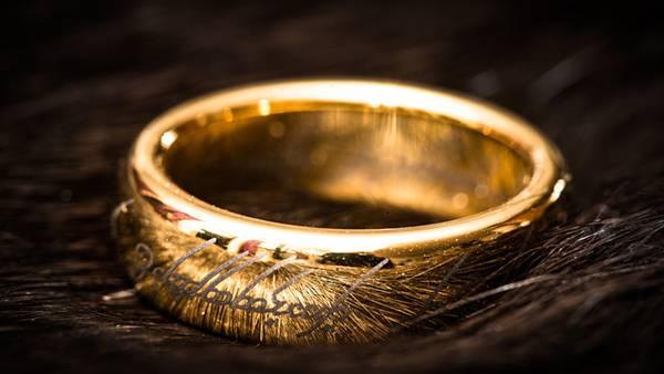 きらきら輝くゴールドの指輪の綺麗な写真壁紙画像