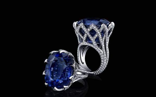 大きなブルーの宝石のついた指輪を黒背景で撮影した綺麗な写真壁紙画像