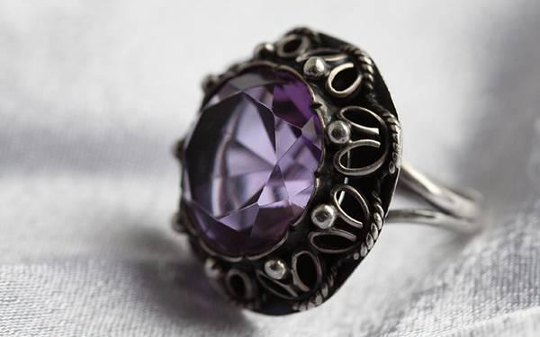 紫の宝石のついたアンティークな雰囲気の指輪の写真壁紙画像