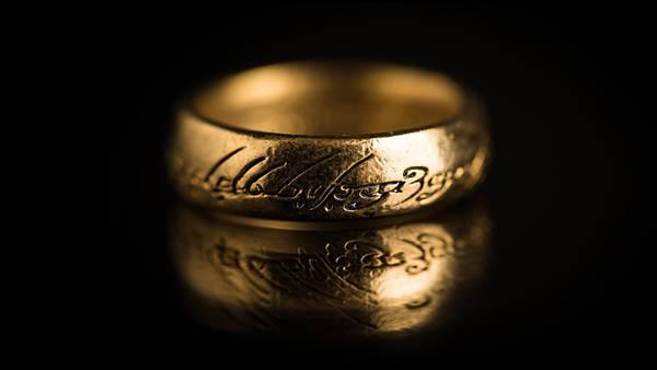 ゴールドの指輪を黒背景で撮影したクールな写真壁紙画像