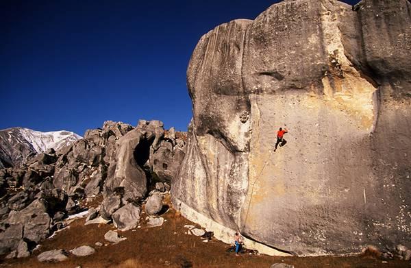 垂直の岩肌を登っていくロッククライミングを撮影した写真壁紙画像