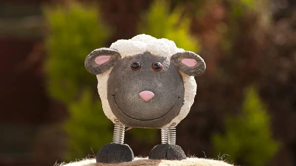 足がバネになっている羊のおもちゃを撮影した可愛い写真壁紙画像