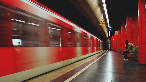 01.地下鉄のホームを通過する電車を撮影したかっこいい写真壁紙画像