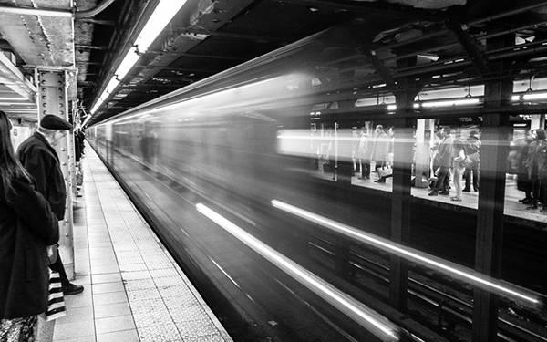 02.通過する地下鉄の電車をモノクロで撮影したかっこいい写真壁紙画像