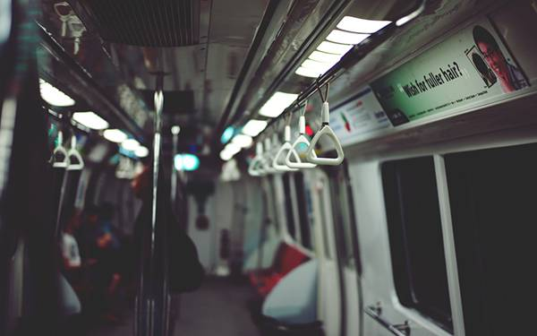 03.地下鉄の車内を浅い被写界深度で撮影した写真壁紙画像