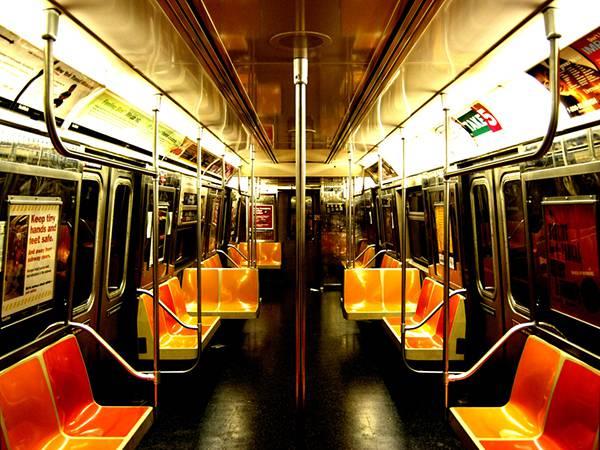 04.地下鉄の車内を鮮やかな色合いで撮影した写真壁紙画像