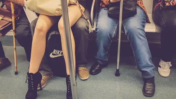 05.地下鉄の乗客の足元を撮影した写真壁紙画像