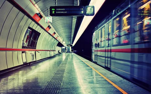 06.地下鉄のホームを通過する電車を撮影したクールな写真壁紙画像