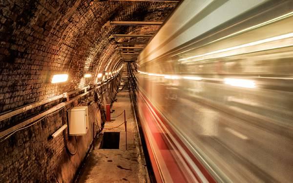 07.地下鉄のトンネルを通過する電車を長時間露光で撮影した写真壁紙画像