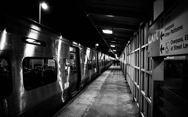 08.地下鉄のホームをモノクロで撮影したかっこいい写真壁紙画像