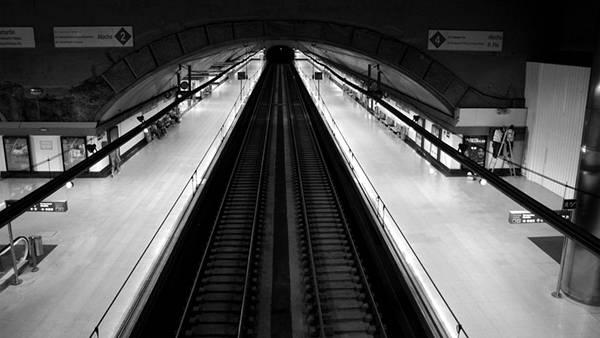 10.地下鉄のホームを俯瞰で撮影したモノクロ写真壁紙画像