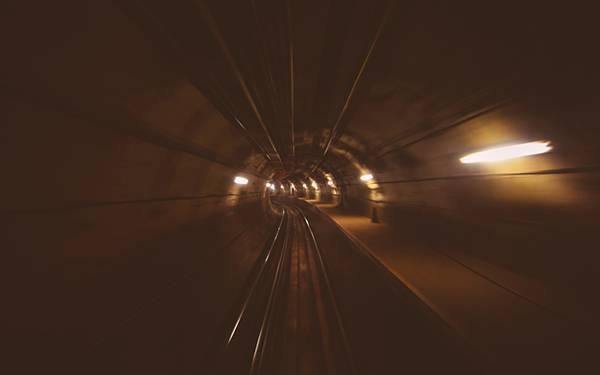 12.走る地下鉄の中からトンネルを撮影したかっこいい写真壁紙画像