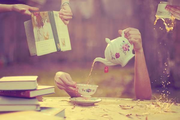 02.テーブルの上の紅茶や本と手を撮影したアートな写真壁紙画像