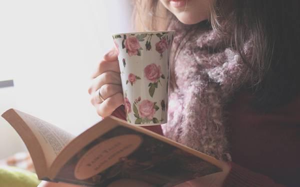 03.花柄のティーカップで紅茶を飲みながら本を読む女の子の写真壁紙画像