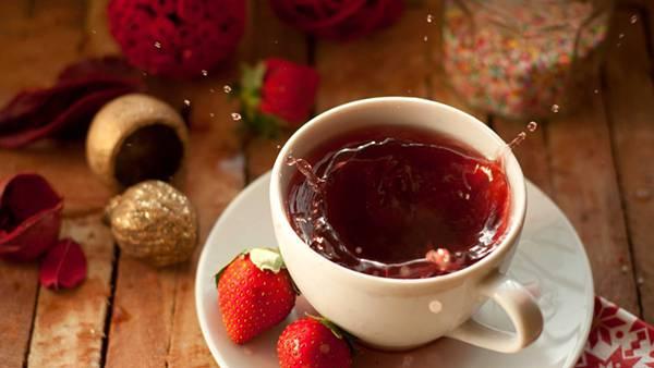 06.苺と水しぶきを上げる紅茶の写真壁紙画像