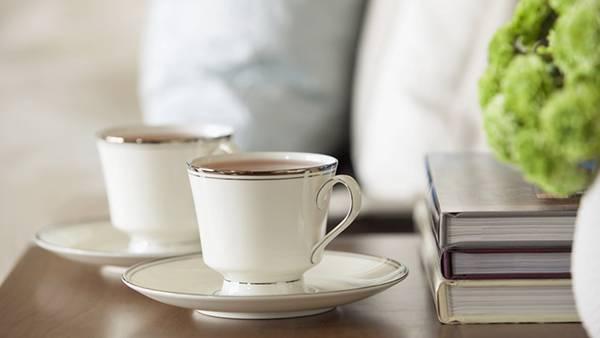 07.テーブルの上の本と紅茶を撮影した綺麗な写真壁紙画像