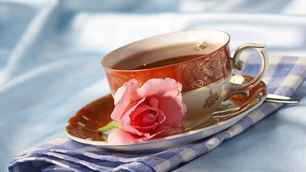 08.紅茶の入ったティーカップと薔薇の花を撮影した美しい写真壁紙画像