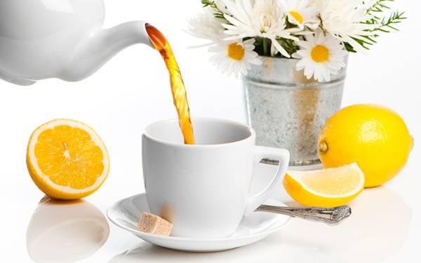 11.ティーカップに注ぐレモンティーと花の綺麗な写真壁紙画像