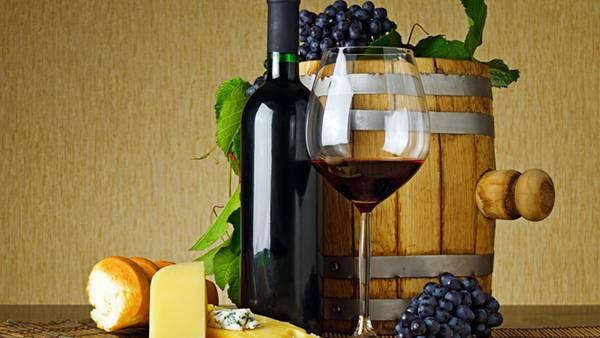 ワイングラスと樽と葡萄を撮影したおしゃれな写真壁紙画像
