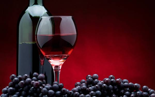 鮮やかな色合いが綺麗な赤ワインの写真壁紙画像