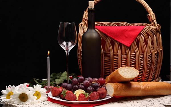 フルーツとフランスパンとワインのテーブルセットのおしゃれな写真壁紙画像