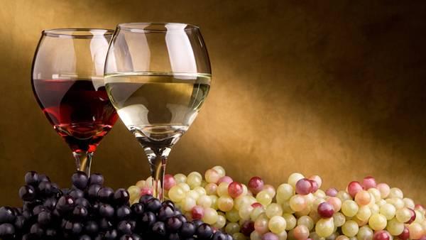 赤と白の2種類のワインと葡萄を並べた綺麗な写真壁紙画像