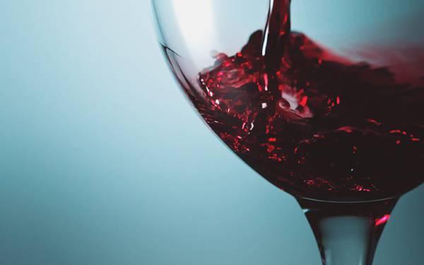 グラスに注がれていく赤ワインをアップで撮影した綺麗な写真壁紙画像