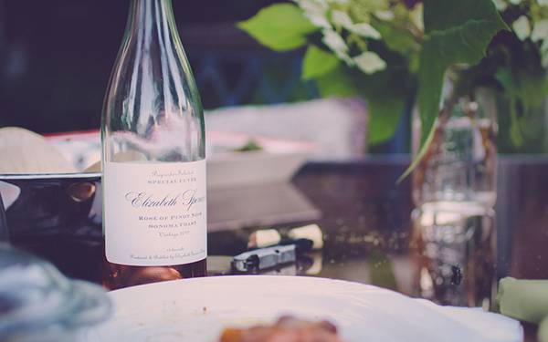 テーブルの上のワインボトルを浅い被写界深度で撮影したおしゃれな写真壁紙画像
