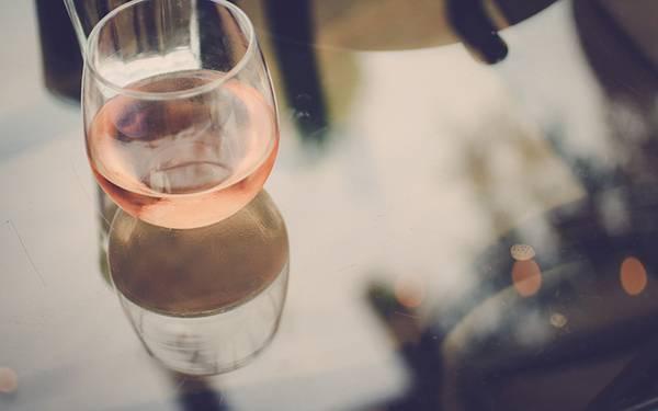 綺麗なピンク色のロゼワインを撮影した可愛い写真壁紙画像