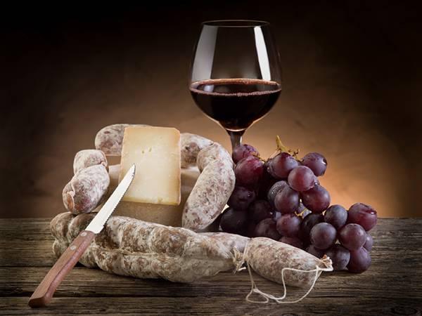 ソーセージやチーズと赤ワインを並べて撮影した美味しそうな写真壁紙画像