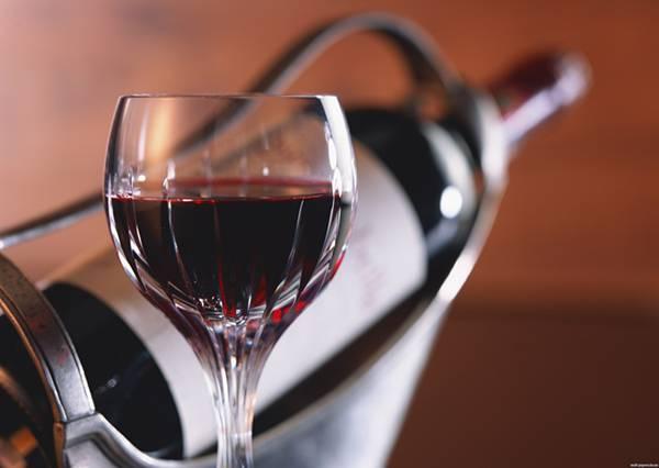 赤ワインのグラスとボトルを重ねて撮影した綺麗な写真壁紙画像