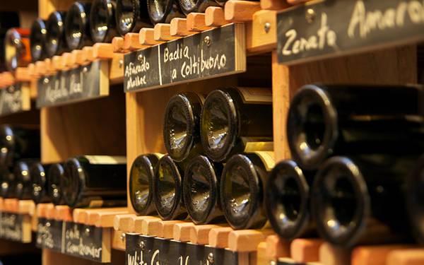 ワインセラーに並べられたワインを撮影した綺麗な写真壁紙画像