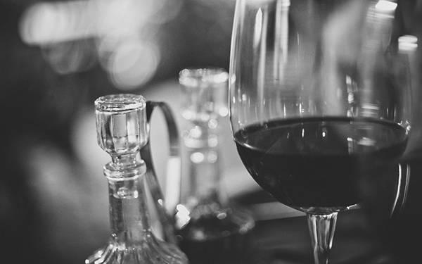 ワイングラスをモノクロで撮影したおしゃれな写真壁紙画像