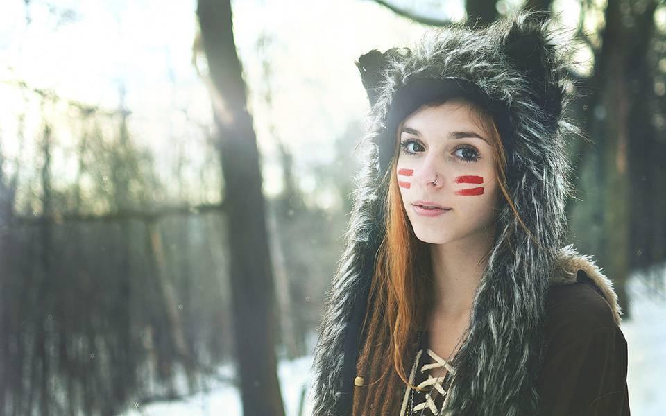 ふわふわの毛並みのフードを被った女の子を撮影した綺麗な写真壁紙画像