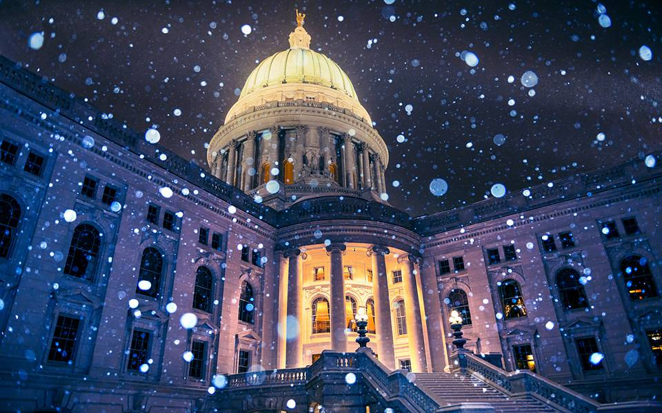 ライトアップされた建物と降りしきる雪の綺麗な写真壁紙画像