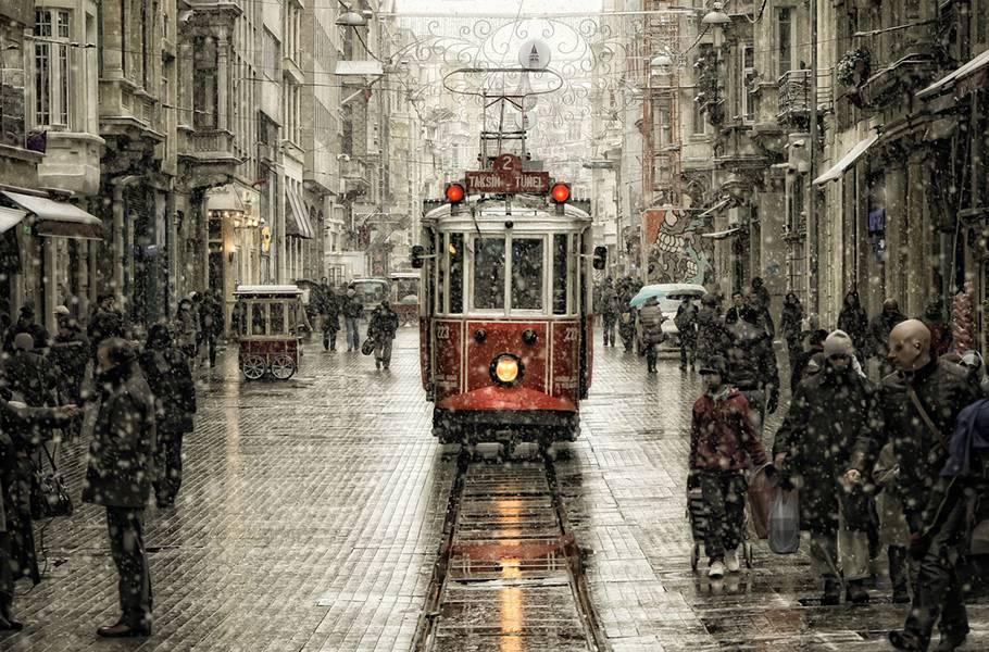 雪と路面電車が綺麗な冬の街の風景の写真壁紙画像