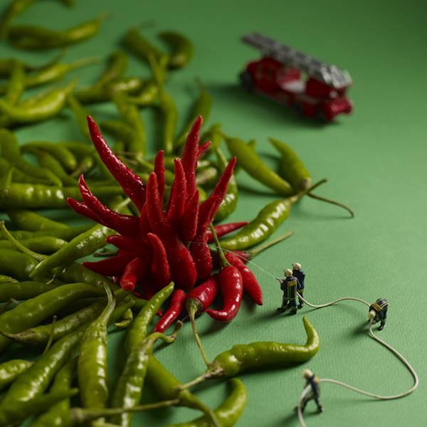 食べ物とミニチュアの人々の美味しい関係。遊び心にあふれた写真作品シリーズ - 04