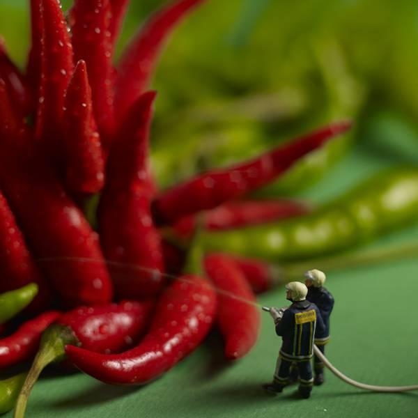 食べ物とミニチュアの人々の美味しい関係。遊び心にあふれた写真作品シリーズ - 05