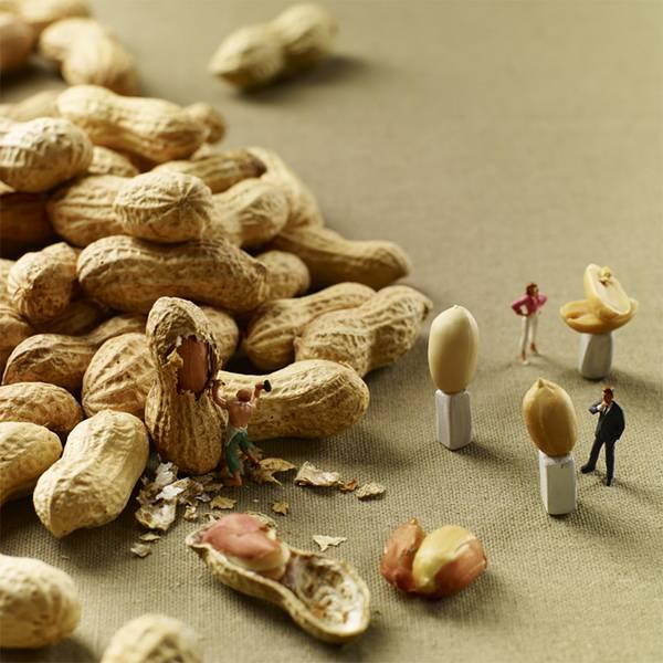 食べ物とミニチュアの人々の美味しい関係。遊び心にあふれた写真作品シリーズ - 07
