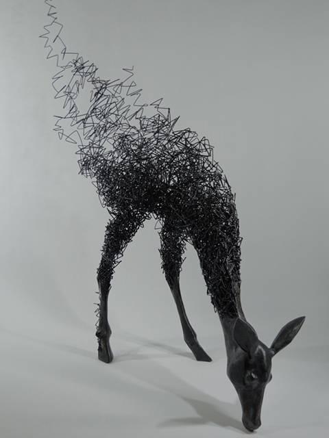 鹿がッ!ほどけていくッ!!ワイヤーを使った超シュールなアート作品 - 01