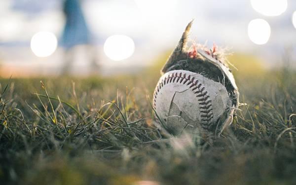 01.草の上の破けた野球のボールをアップで撮影した写真壁紙画像