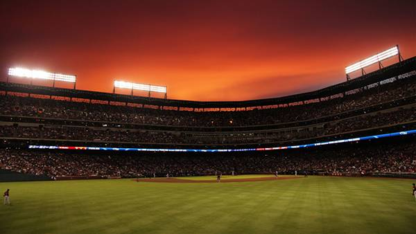 08.夕焼けのグラウンドを外野から撮影した写真壁紙画像