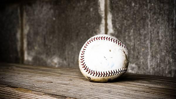 09.壁際に置いた野球のボールを撮影した写真壁紙画像