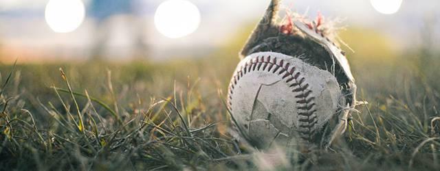 芝の上に転がって置き去りにされたボール