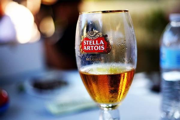 03.グラスに入ったステラ・アルトワのビールを撮影した綺麗な写真壁紙画像