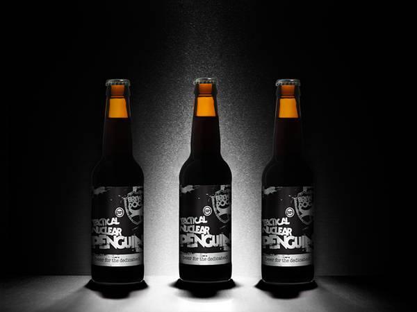 10.暗闇の中の3本のビール瓶を撮影したかっこいい写真壁紙画像