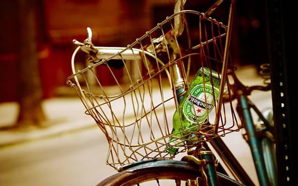 11.自転車のカゴの中のハイネケンの瓶を撮影したレトロな写真壁紙画像
