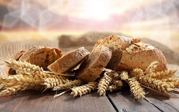04.スライスしたパンと小麦を撮影した綺麗な写真壁紙画像