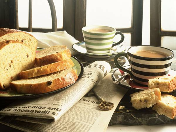 05.新聞やパンとコーヒーの朝食セットを撮影した綺麗な写真壁紙画像