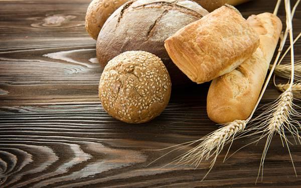 06.テーブルの上のいろいろなパンを撮影したおしゃれな写真壁紙画像